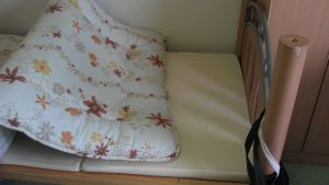 hehe, foldable futon mattress on western bed .... need to unzip but luckily no need to knot *phew*